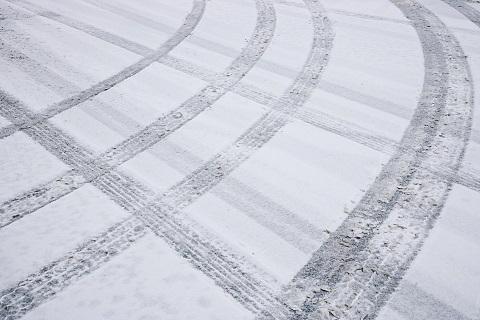 雪道のノーマルタイヤでの運転は危険!動画で危険さが一目瞭然!